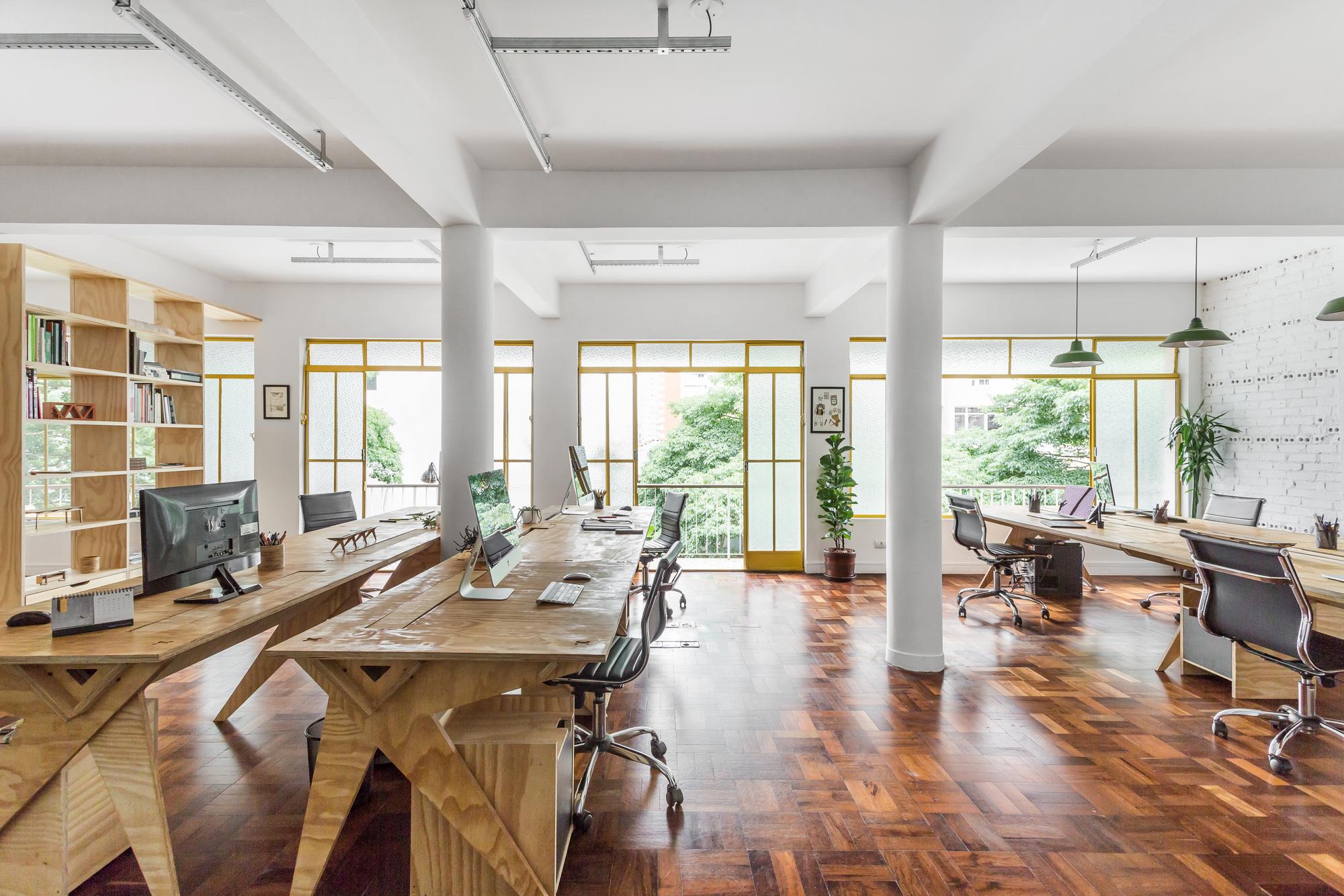 Kantor Modern Ornamen Kayu